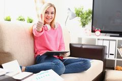 Frauen-Grifftablette der Junge zeigen recht blonde in den Armen den großen Super Finger Stockfoto