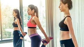 Frauen gruppieren aerobes im Eignungssportunterricht Stockfoto