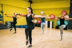 Frauen gruppieren auf dem Eignungstraining, aerob lizenzfreies stockfoto