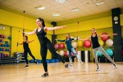 Frauen gruppieren auf dem Eignungstraining, aerob lizenzfreie stockfotografie