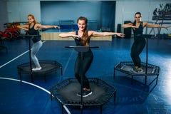 Frauen gruppieren auf Sporttrampoline, Eignungstraining Stockbilder
