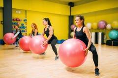 Frauen gruppieren mit großen Bällen, geeignete Übung in der Bewegung Lizenzfreie Stockbilder