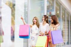 Frauen gruppieren tragende Einkaufstaschen auf Straße Lizenzfreie Stockfotos