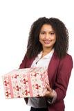 Frauen hält ein Weihnachtsgeschenk Stockfotografie