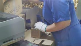 Frauen-Hände in der Handschuh-Satz-Meter-Einheit in Kasten auf Tabelle stock video