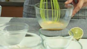 Frauen-Hände, die Auflauf-Pfannkuchennachtischsatz kochen stock video