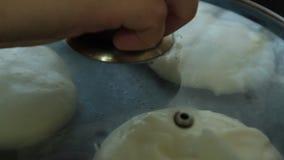 Frauen-Hände, die Auflauf-Pfannkuchennachtischsatz kochen stock video footage