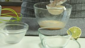 Frauen-Hände, die Auflauf-Pfannkuchennachtischsatz kochen stock footage