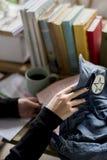 Frauen-Hände, die Design-Zeitschrift-Buch von der Tasche erhalten Stockbild