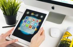Frauen-Hände unter Verwendung des iPad Pro mit Ikonen von Social Media facebook, instagram, Gezwitscher, Google-Anwendung auf Sch lizenzfreie stockfotografie