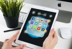 Frauen-Hände unter Verwendung des iPad Pro mit Ikonen von Social Media facebook, instagram, Gezwitscher, Google-Anwendung auf Sch stockfoto