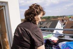 Frauen-hängende Wäscherei Stockfotos