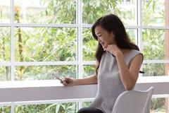 Frauen haben ein intelligentes Telefon und ein Lächeln Frau nahm eine kontaktlose Zahlung lizenzfreies stockbild