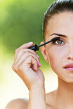 Frauen (halbes Gesicht) färben Wimpern Stockfotos