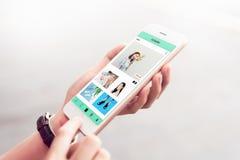 Frauen halten den Smartphone und die Anwendung des Einkaufsonline-shops stockfotos