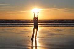 Frauen-Handholding-Sonnenuntergang Lizenzfreies Stockfoto