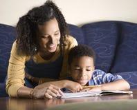 Frauen-helfender Sohn mit Heimarbeit Lizenzfreies Stockbild
