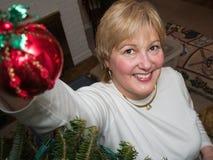 Frauen-hängende Weihnachtsverzierungen Lizenzfreie Stockfotos