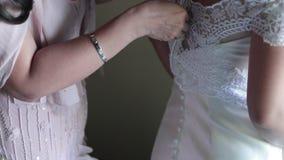 Frauen-Hochzeits-Kleid stock footage