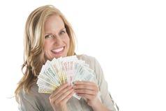 Frauen-Holding aufgelockerte Eurobanknoten gegen weißen Hintergrund Lizenzfreies Stockbild
