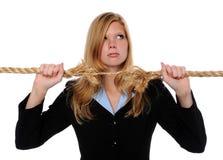 Frauen-Holding ausgefranstes Seil stockbilder