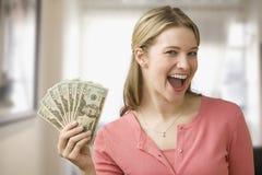 Frauen-Holding-Bargeld Lizenzfreies Stockfoto