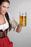 Frauen-Holding-Bier Stockfotos
