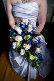 Frauen-Holding-Blumenstrauß Lizenzfreies Stockbild