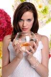 Frauen-Holding-Fisch-Schüssel Lizenzfreie Stockfotografie