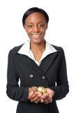 Frauen-Holding-Goldeier Stockfoto
