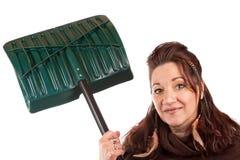 Frauen-Holding ihre Schnee-Schaufel Stockbild