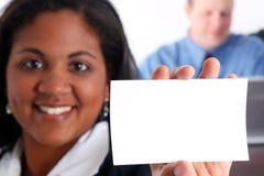 Frauen-Holding-Karte Lizenzfreies Stockbild