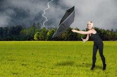 Frauen-Holding-Regenschirm Lizenzfreie Stockfotos