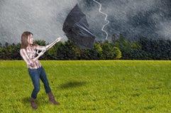 Frauen-Holding-Regenschirm Stockfotografie
