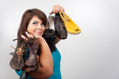 Frauen-Holding-Schuhe Lizenzfreie Stockbilder
