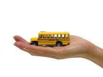 Frauen-Holding-Schulbus Lizenzfreie Stockfotos