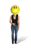 Frauen-Holding-smiley-Ballon Stockfotos