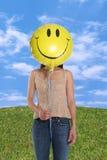 Frauen-Holding-smiley-Ballon Stockbild
