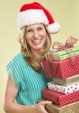 Frauen-Holding-Stapel Weihnachtsgeschenke Stockfotos
