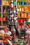 Frauen-Holding-strickende Nadeln vor Garn stockfotos