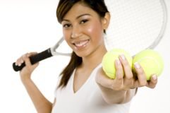 Frauen-Holding-Tennis-Kugeln lizenzfreie stockbilder