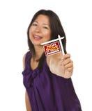 Frauen-Holding verkaufte für Verkauf durch Owner Sign Lizenzfreie Stockbilder