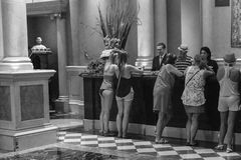 Frauen am Hotelzähler Stockfotos