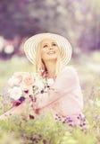 Frauen-Hut mit Blumen-Blumenstrauß, Mode-Modell im Sommer-Park Lizenzfreie Stockbilder