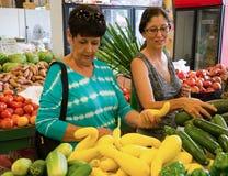 Frauen im amerikanischen Gemüsemarkt stockbild