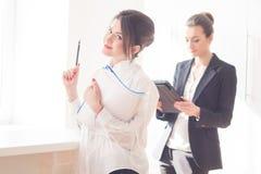 Frauen im Büro Stockfotos
