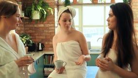 Frauen im Badekurort stock video