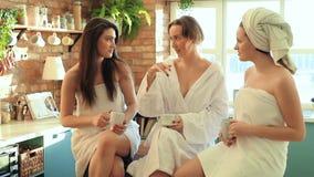 Frauen im Badekurort stock video footage