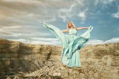 Frauen im blauen Kleid mit Himmel Stockfoto
