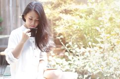 Frauen im Garten morgens Kaffee trinkend stockbilder